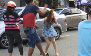 Hình ảnh nam thanh niên đánh cô gái giữa đường được ghi lại từ clip đăng tải