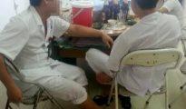 Hình ảnh 4 bác sĩ điều dưỡng nhậu bia, mực trong giờ làm được người nhà ghi lại