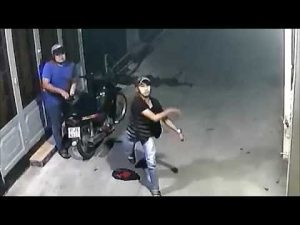 Hình ảnh 2 đối tượng lạ mặt được camera an ninh ghi lại