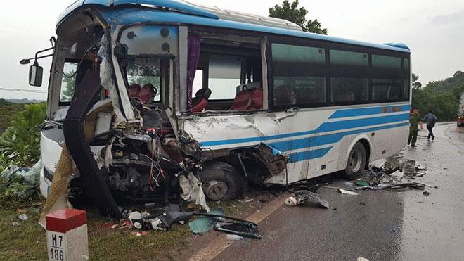 Hiện trường xảy ra vụ việc, chiếc xe khách bị hư hỏng nghiêm trọng