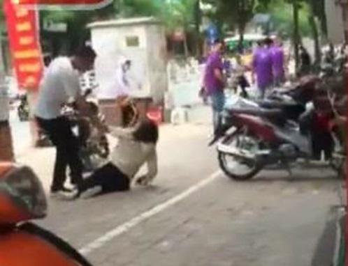 Cô gái bị bạn trai đánh, cảnh cắt ra từ clip