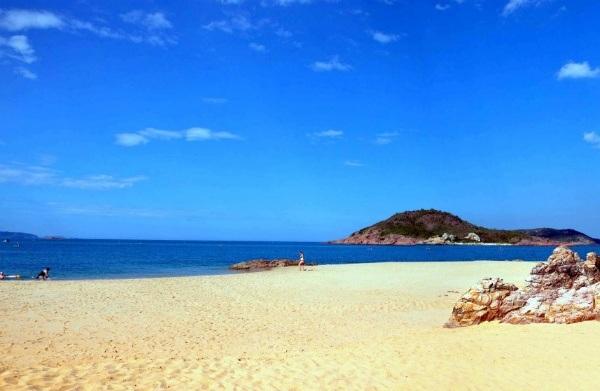Biển xanh nắng vàng cát trắng đẹp dịu dàng ở Quy Nhơn