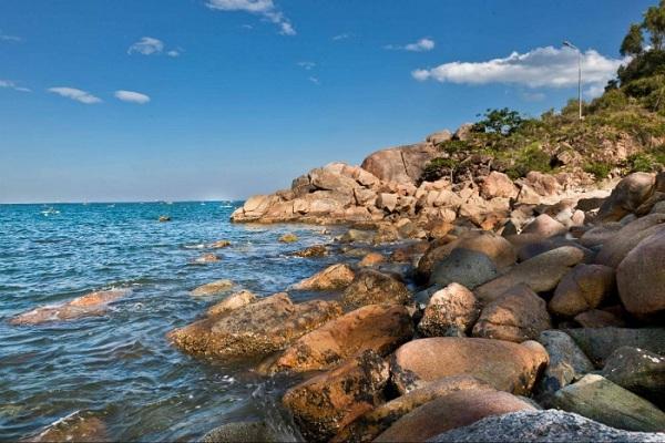 Nước biển trong vắt theo sóng tràn lên những bờ đá tự nhiên