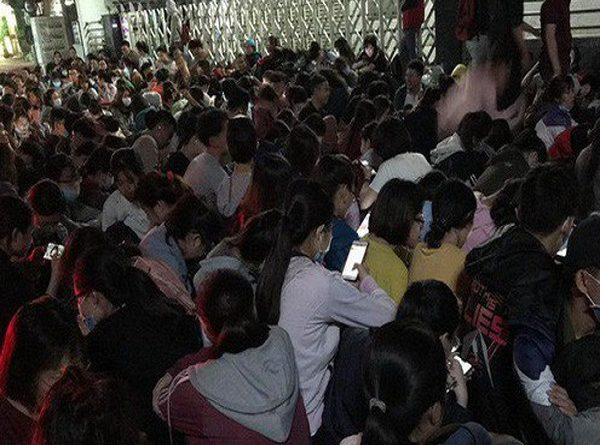 Đổi cấu trúc đề thi TOEIC, sinh viên Sài Gòn thức trắng đêm để đăng ký dự thi