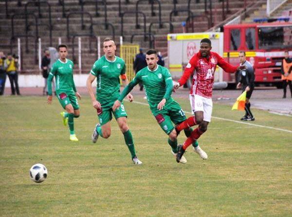Nhận định bóng đá Beroe vs CSKA Sofia, 00h00 ngày 18/8 Beroe khởi đầu mùa giải bằng chiến thắng ấn tượng 2-0 trên sân của Levski Sofia. Vòng 2 họ trở về sân nhà tiếp đón tân binh 1948 Sofia, đội vừa thua họ tan nát 0-4 trước thềm mùa giải. Với màn trình diễn ấn tượng trên hàng công, Beroe được nhận định sẽ không mấy khó khăn giành trọn 3 điểm. Beroe đứng ở vị trí thứ 6 ở mùa giải năm ngoái nhưng đang thăng tiến và chứng minh tham vọng ở mùa này. Sau giai đoạn chuẩn bị tích cực, họ khởi đầu không thể tốt hơn với lối chơi cực kỳ mạnh mẽ. Các chân sút bùng nổ ghi 2 bàn ở ngay ra quân dù phải làm khách của Levski rất mạnh. Tính rộng ra 3 trận liên tiếp toàn thắng, ghi đến 10 bàn phô diễn sức mạnh hàng công. Trở về sân nhà nơi họ vừa thắng 4-0 1948 Sofia, tâm lý là ưu thế cực lớn. Khó ngăn cản Beroe có 1 ngày thi đấu tưng bừng. Bên kia chiến tuyến, CSKA 1948 Sofia xuất sắc cầm hòa đội bóng khá mạnh là CSKA Sofia với tỷ số 2-2 trong lần đầu lên chơi ở giải VĐQG, tuy nhiên CSKA Sofia lúc này đang gặp rất nhiều khó khăn trong khâu chuẩn bị và chưa hề có phong độ tốt. Điều này trái hoàn toàn với sự sung sức và thoải mái của Beroe Stara Zagora. Vậy nên CSKA 1948 Sofia khó lòng gây thêm 1 bất ngờ nữa. CSKA Sofia là tân binh mới thăng hạng tại giải VĐQG Romania mùa này. Trong khi đó Beroe được đánh giá là một CLB có thực lực tại giải đấu số 1 xứ sở Hoa hồng. Mùa giải trước Beroe cán đích ở vị trí thứ 6 trên bảng xếp hạng trong giai đoạn 1 và giành vé vào vòng play-off vô địch ở giai đoạn 2 sau đó. CSKA Sofia đã có sự chuẩn bị rất kỹ lưỡng cho mùa giải mới bằng loạt giao hữu. Kết quả họ đạt được cũng rất ấn tượng với 8 trên 9 trận giao hữu bất bại, trong đó có 6 chiến thắng. Tuy nhiên, điều đáng bàn là thất bại duy nhất của CSKA Sofia lại chính là trước Beroe. Dù không tung ra sân đội hình mạnh nhất, Beroe vẫn dễ dàng vùi dập CSKA Sofia với tỷ số 4-0. Tỷ lệ kèo giữa Beroe vs CSKA Sofia Tỷ lệ kèo giữa Beroe vs CSKA Sofia Thành tích đối đầu - CSKA Sofia thắng 1, thua 1 trên 2 trận